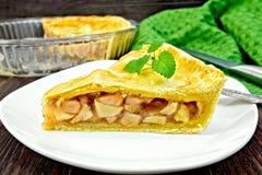 Яблоко пирога с мятой в плите на борту Стоковое фото RF