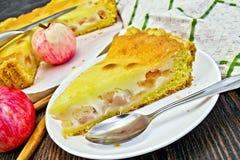 Яблоко пирога с сметаной и циннамоном на борту Стоковые Фото