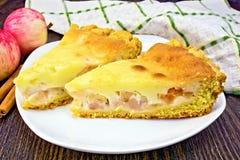 Яблоко пирога с сметаной и циннамоном на темной доске Стоковое Фото