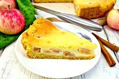 Яблоко пирога с сметаной на светлой доске Стоковые Фото