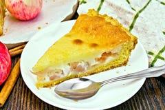 Яблоко пирога с сметаной на темной доске Стоковое Фото