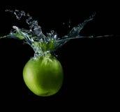 Яблоко при изолированный выплеск воды Стоковое Изображение RF