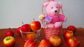 Яблоко, плодоовощ, красный цвет, медведь тележки Стоковое Фото