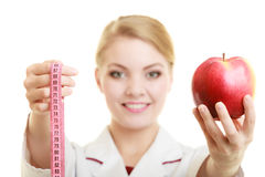 Яблоко плодоовощ удерживания специалисту по доктора и лента измерения Стоковая Фотография