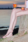 Яблоко руки glas пня усаживания женщины Стоковая Фотография