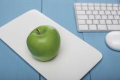 яблоко свежее Концепция в стиле: Инвестировать в компьютерной технологии Стоковое Изображение