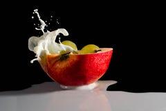 Яблоко с выплеском молока Стоковые Изображения RF