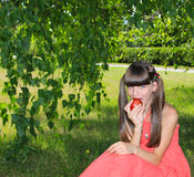 яблоко сдерживает девушку Стоковое фото RF