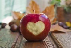 Яблоко с диаграммой сердца Стоковая Фотография