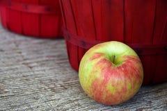 Яблоко с красной корзиной бушеля Стоковое Изображение