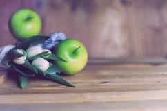 Яблоко тюльпана ретро фото белое деревянное Стоковая Фотография RF