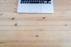Яблоко Macbook Pro на деревянном столе Стоковая Фотография RF