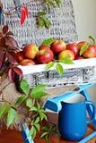 яблок корзины ткани ножа красный цвет затем до 2 Стоковое Изображение