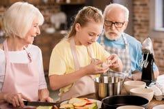 Яблочный пирог выпечки семьи Стоковые Изображения RF
