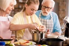 Яблочный пирог выпечки семьи Стоковая Фотография RF