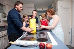 Яблочный пирог выпечки семьи Стоковые Фото