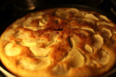Яблочный пирог в печи Стоковые Фото