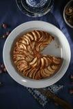 Яблочный пирог на голубой скатерти Стоковое фото RF