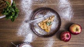 Яблочный пирог на деревянной предпосылке с яблоками Стоковое Фото