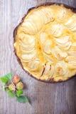Яблочный пирог на деревянном столе Клейковина освобождает Стоковая Фотография RF