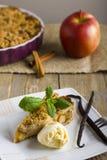Яблочный пирог при мороженое, украшенное с ванилью, мятой и циннамоном на деревянной предпосылке Очень вкусный кусок пирога с льд Стоковое фото RF