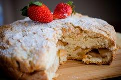 Яблочный пирог с клубниками стоковые изображения rf