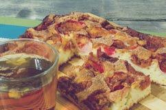 Яблочный пирог с циннамоном и чашкой чаю Стоковые Фото
