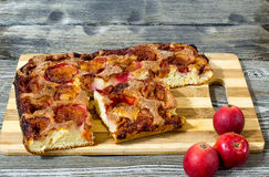 Яблочный пирог с циннамоном на деревянном столе Стоковое Фото