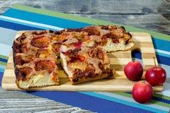 Яблочный пирог с циннамоном на деревянном столе Стоковые Изображения
