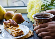 Яблочный пирог с чашкой кофе, завтрак Стоковые Изображения