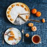 Яблочный пирог с tangerines на голубой предпосылке Стоковая Фотография