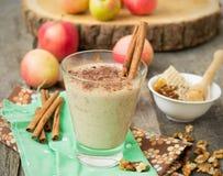 Яблочный пирог Smoothies с гайками и циннамоном Стоковые Изображения