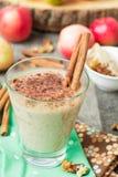 Яблочный пирог Smoothies с гайками и циннамоном Стоковая Фотография