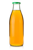 Яблочный сок в стеклянной бутылке стоковые изображения