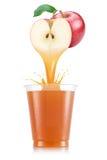Яблочный сок лить вне от плодоовощ в пластичную чашку Стоковые Фотографии RF