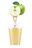 Яблочный сок лить вне от плодоовощ в стекло Стоковые Изображения RF