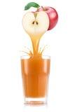 Яблочный сок лить вне от плодоовощ в стекло Стоковые Фотографии RF