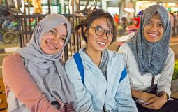 ЯВА, ИНДОНЕЗИЯ - 16-ОЕ ДЕКАБРЯ 2016: Молодые индонезийские женщины на a Стоковое Изображение
