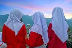 ЯВА, ИНДОНЕЗИЯ - 16-ОЕ ДЕКАБРЯ 2016: Религиозные женщины посещая Pr Стоковые Фото