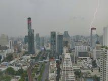 Явление молнии в зоне предпринемательства Бангкока городской стоковая фотография
