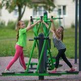 Ягнит гимнастика практики девушек на общественном оборудовании спорта Стоковые Фотографии RF
