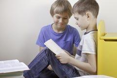 Ягнит книги чтения дома Стоковая Фотография