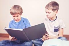 Ягнит книги чтения дома Стоковая Фотография RF