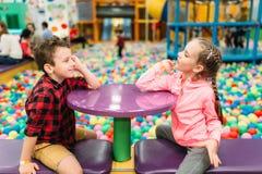 Ягнит отдых, дети в развлекательном центре Стоковое фото RF