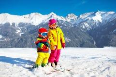 Ягнит спорт снега зимы Лыжа детей Катание на лыжах семьи Стоковое фото RF