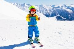 Ягнит спорт снега зимы Лыжа детей Катание на лыжах семьи Стоковое Изображение