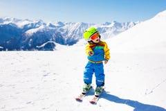 Ягнит спорт снега зимы Лыжа детей Катание на лыжах семьи Стоковое Изображение RF