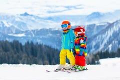 Ягнит спорт снега зимы Лыжа детей Катание на лыжах семьи Стоковая Фотография