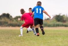 Ягнит футбол футбола - игроки детей соответствуют на футбольном поле Стоковое Фото