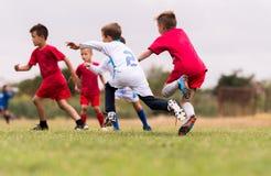Ягнит футбол футбола - игроки детей соответствуют на футбольном поле Стоковая Фотография